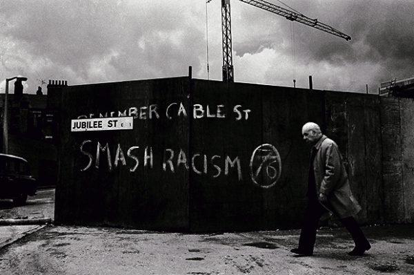 """Nápis """"REMEMBER CABLE ST"""" odkazuje k pouliční bitvě 4. října 1936 v londýnské Cable Street, kde se podařilo zastavit pochod tří tisíc uniformovaných britských fašistů. Foto: Syd Shelton."""